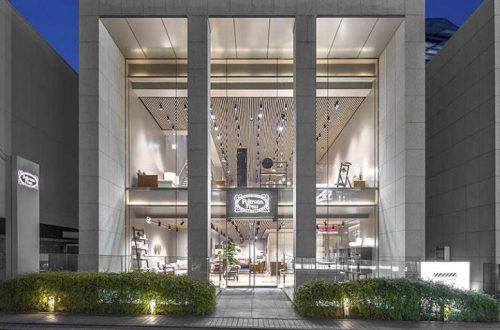 Vista dall'esterno del nuovo showroom Poltrona Frau a Tokio