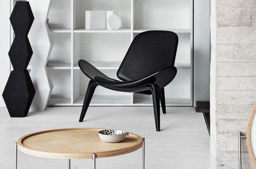 Lounge Chair CH07 nera con telaio in legno nero