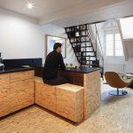 legno grezzo e ferro in un attico a Parigi