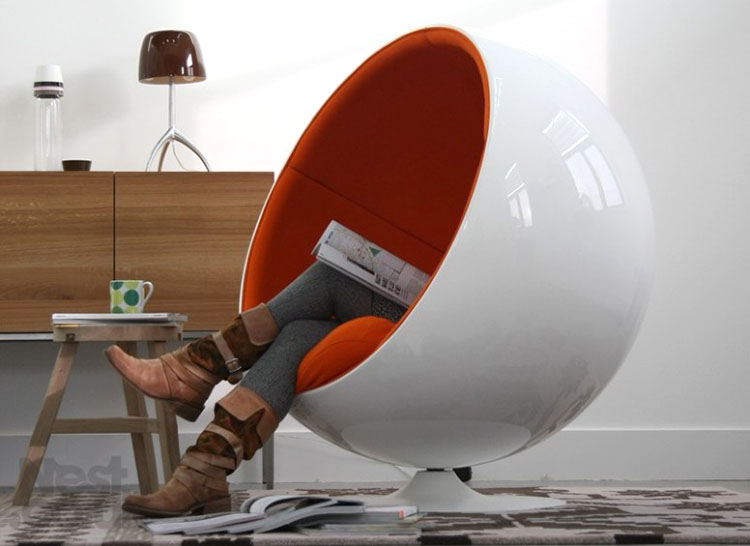 ambientazione classica e vintage per la Ball Chair di Eero Aarnio