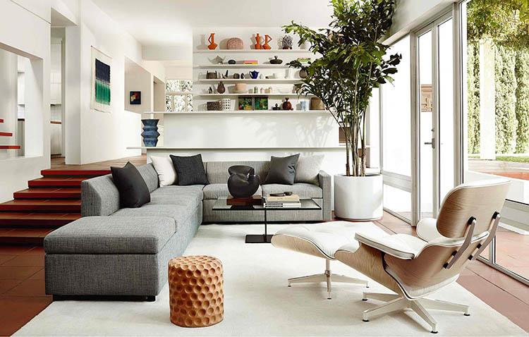 Eames Lounge Chair in ambientazione living, con divano angolare