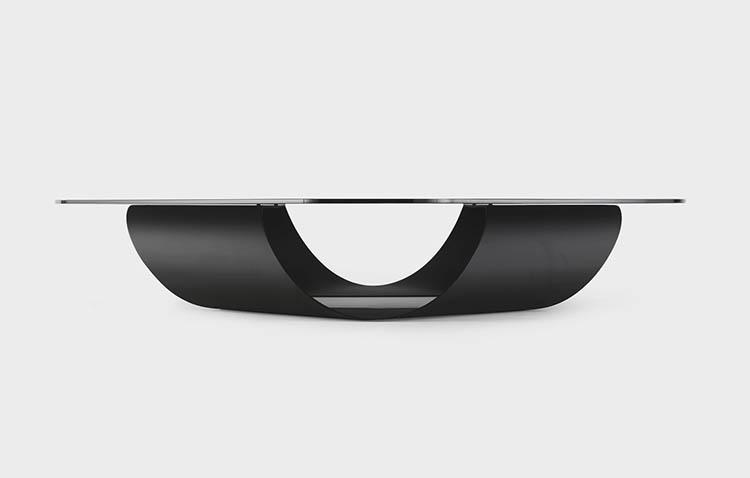 vista laterale del tavolo Moebius progettato per Kristalia