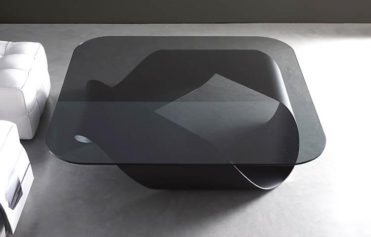 Tavolo Moebius, struttura nera e piano in vetro nero