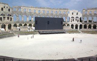 Palco allestito nell'Arena di Pola, che ospita concerti, balletti ed altri eventi