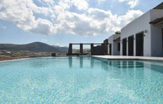 Villa Aela, vista dalla piscina con camminamento