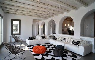 Villa Aela, enorme divano e pouff nella zona living
