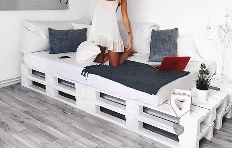 letti in pallet - divano letto singolo con ripiano