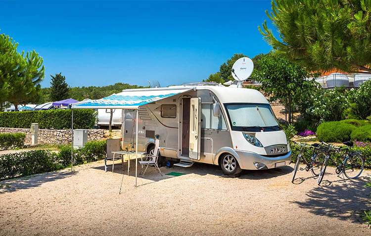 vacanze in camper - tipica piazzola per camper in campeggio