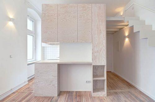 Monolocale a Berlino - ecco il mobile cucina zona ingresso in ambiente minimale